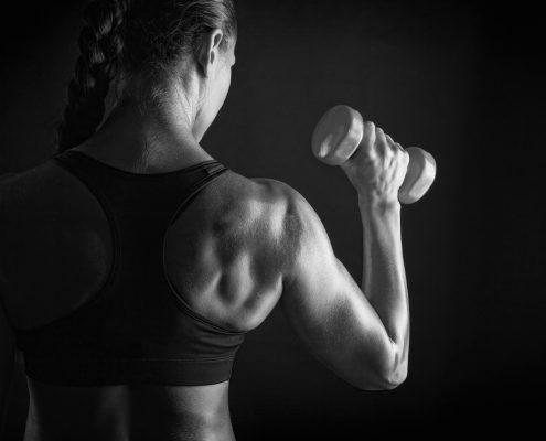 Vrouw met dumbell - krachttraining